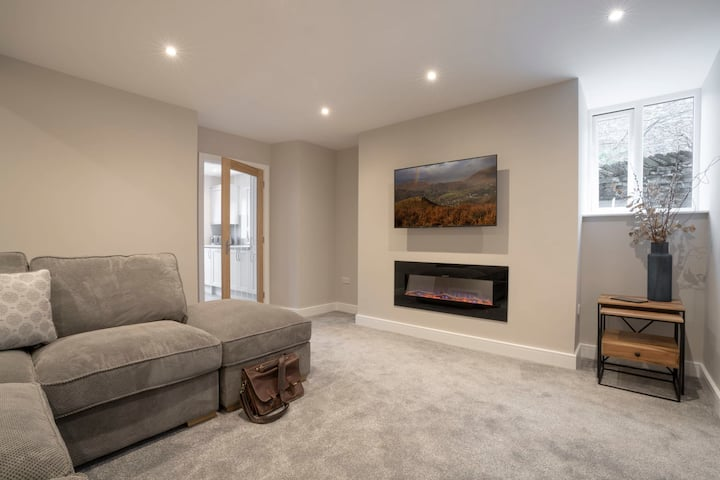Ferndale's Hideaway - 1 Bedroom Spacious Apartment - Central Ambleside - Parking