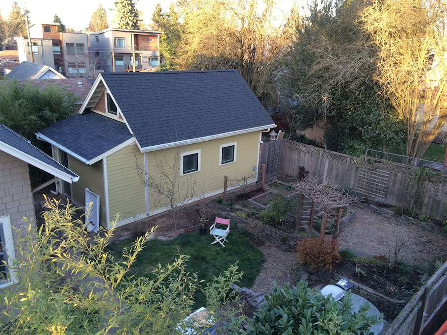 private, fully fenced yard