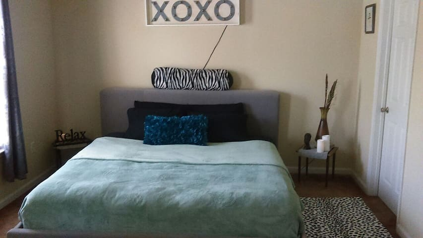 A plush king size bed and bathroom - Atlanta - Wohnung