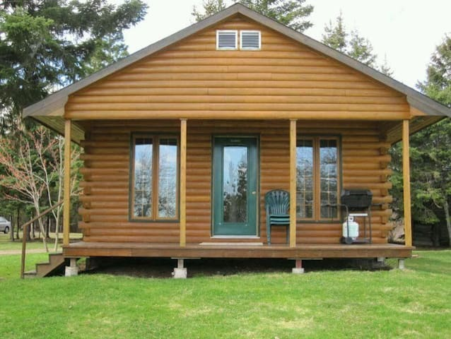 Quaint 1 Bedroom Log Chalet On The Water.