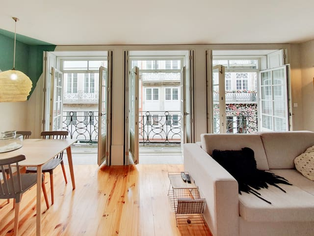 Charming flat w. balcony on the most iconic street