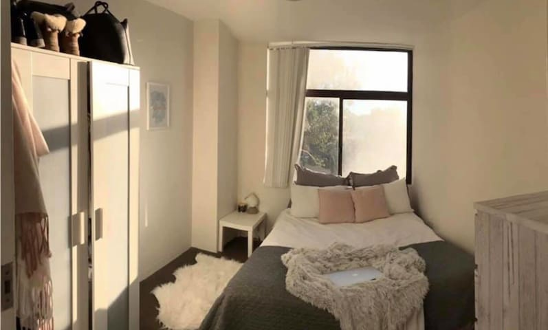 Bright, private and quiet room in North Bondi