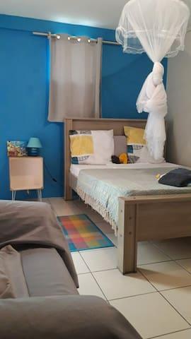 Chambre de 12m², climatisée avec penderie et fauteuil