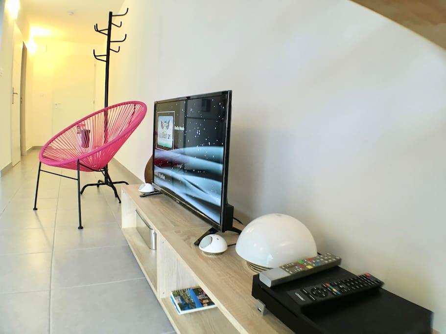 coin tv avec écran plat , lecteur blue ray et enceintes JBL et freebox