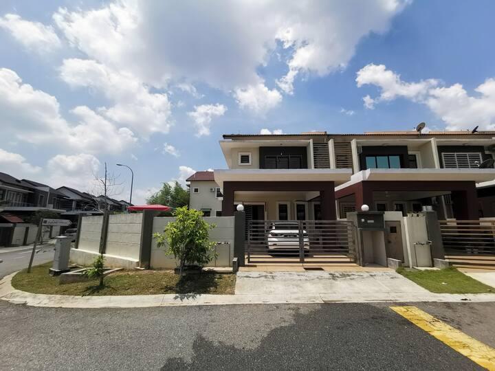 Nilai 5R 5B Corner House 五房五厕 旁边双层排屋