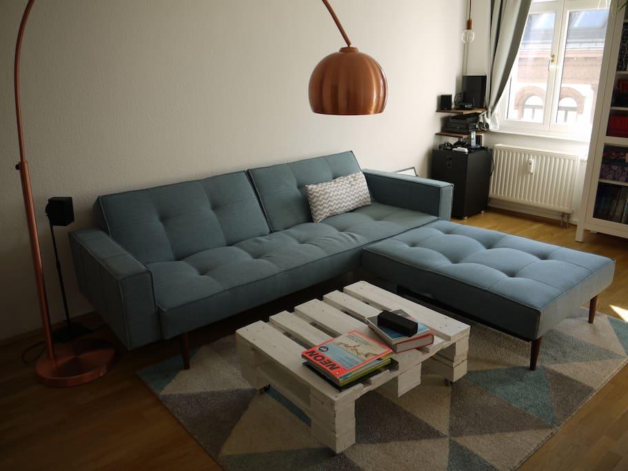 Wohnzimmer. Die Couch wird bei Bedarf zur Schlafcouch