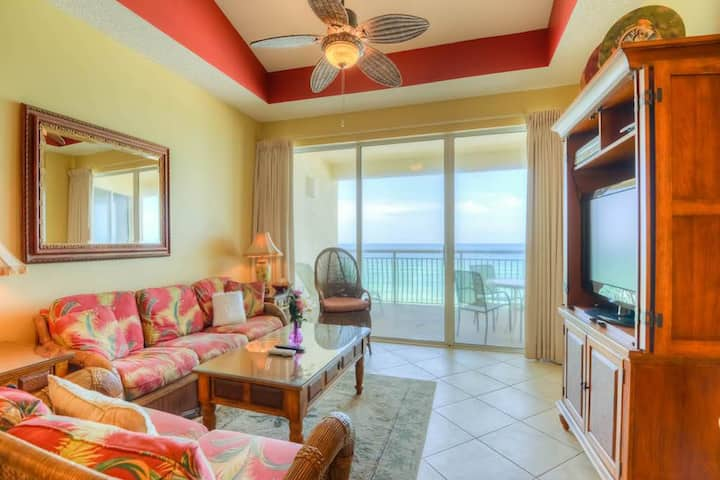 Gorgeous beach condo w/ furnished balcony, panoramic view, & great location!