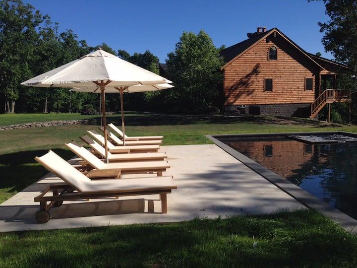 Majestic log home, heated pool/spa