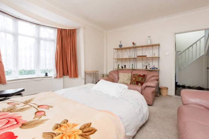Cosy room - Easy train journey to London Victoria