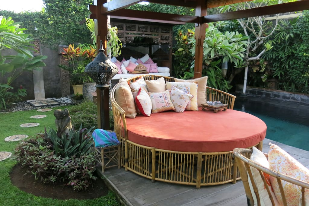 Circular daybed in poolside Bale