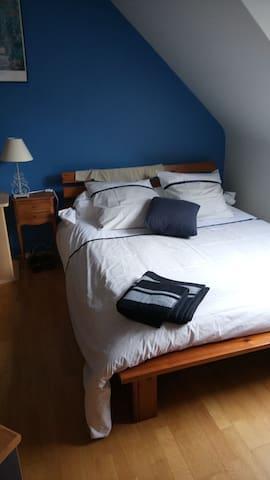 jolie chambre avec lit double  - Acigné - Hus