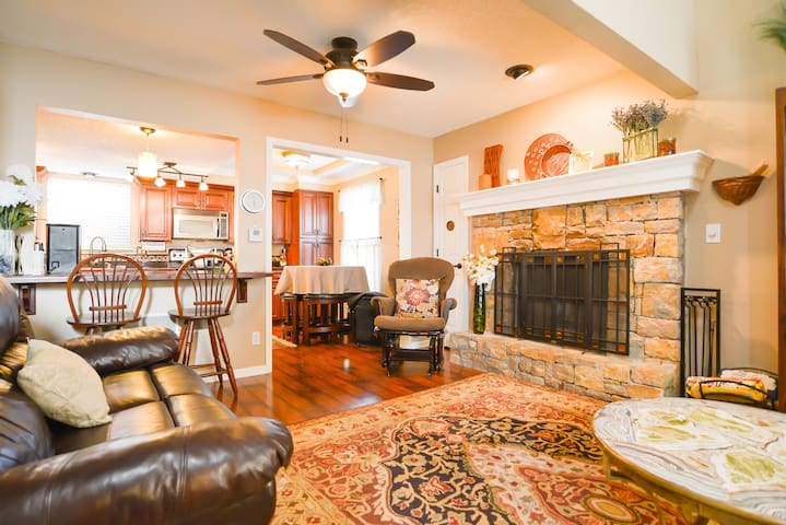 Friends & Family Gather Here! 3BDR+   ALL YOURS! - Overland Park - Townhouse