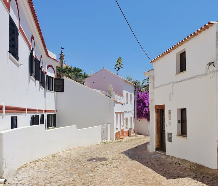 Beautifully renovated 1 bedroom traditional house