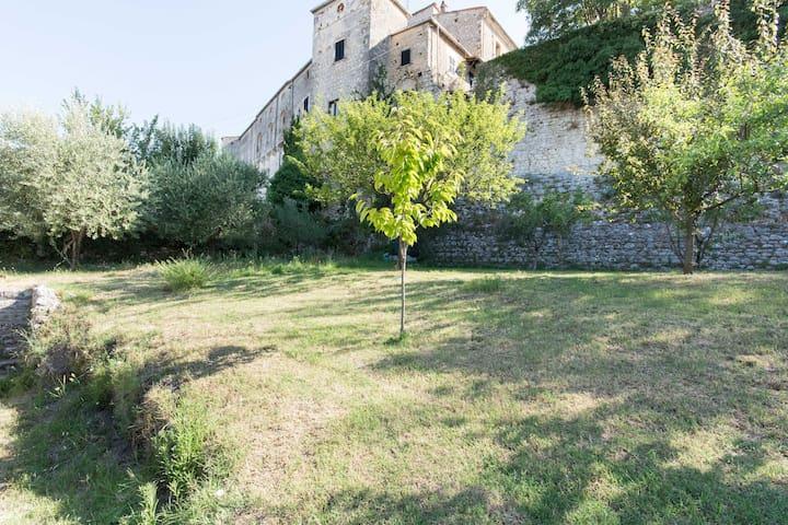 Il secondo giardino sotto le mura del castello