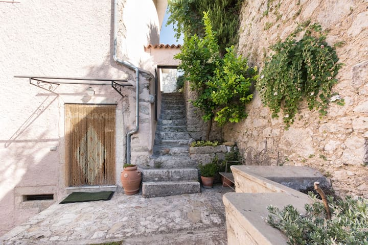 Scalinata in pietra che porta al secondo grande giardino