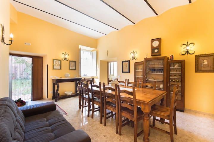 Grande salone con tavolo con 10 posti a sedere