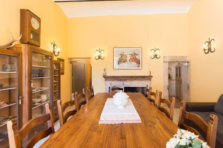 Tavolo del salone
