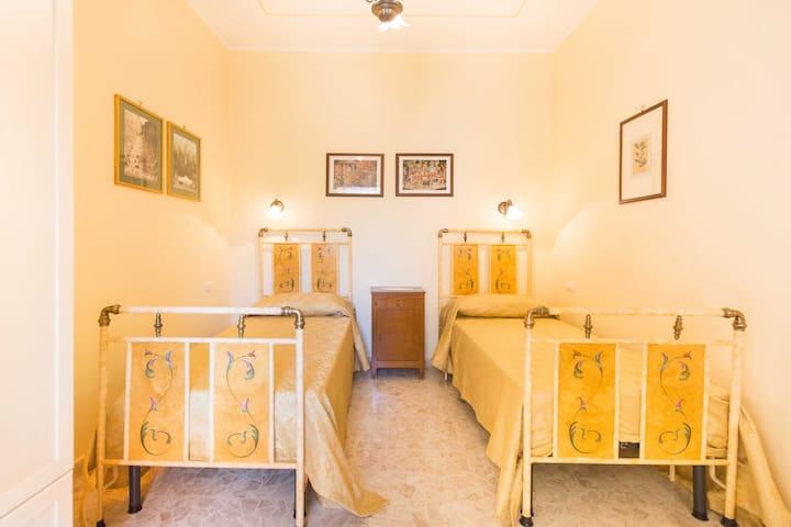 Camera con letti d'epoca dipindi a mano