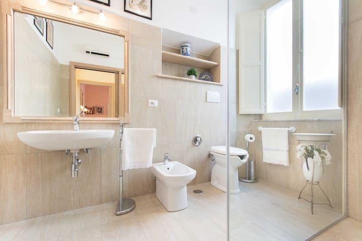il bagno con doccia in cristallo