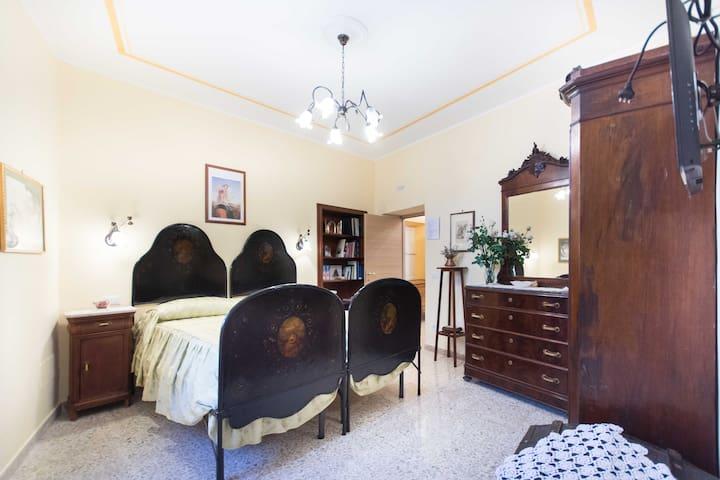 Raffinata e suggestiva camera con mobili d'epoca autentici