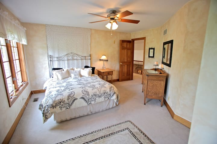 Two-Room Suite in Country Estate - St. Charles - Hus