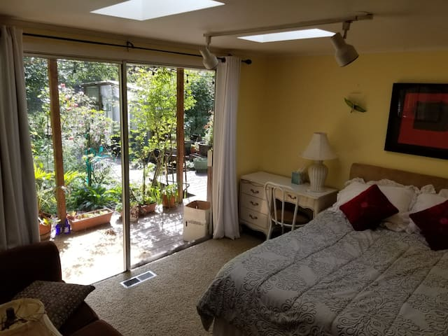 Redwood forest retreat close to beach Room 1