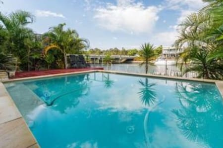 Gold Coast Water front home close to theme parks. - Helensvale