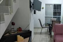 Televisión CON SERVICIO DE TELEVISIÓN DE PAGA mientras te relajas en la sala o en el comedor con tu familia.