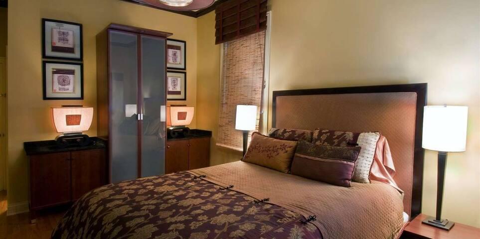 Luxury Queen Suite with Marble Bath - Oak Park - Bed & Breakfast
