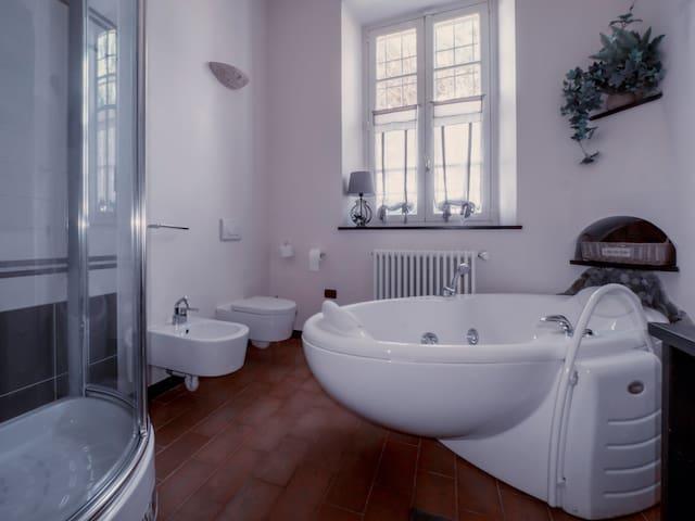Il bagno con box doccia e vasca idromassaggio