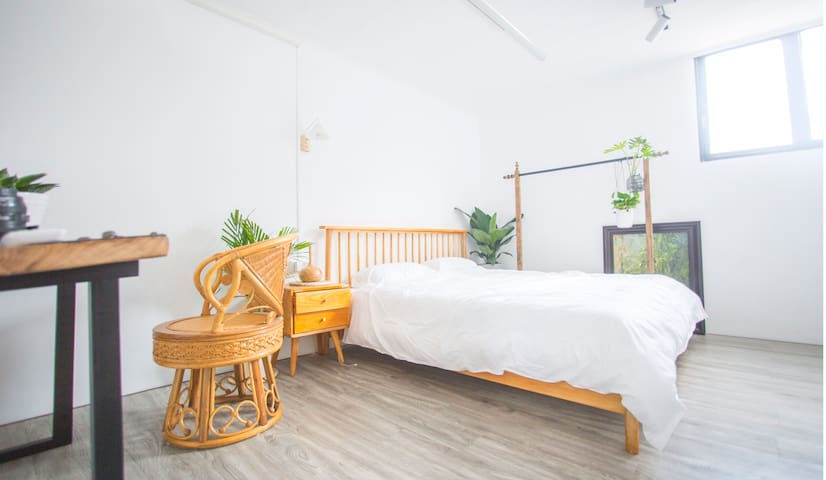 牌坊街独栋复式室内花园二层套房,独立茶室,可住4-5人。距离牌坊街50米,滨江长廊100米