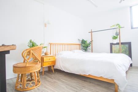 牌坊街独栋复式室内花园二层套房,独立茶室,可住2人。距离牌坊街50米,滨江长廊100米