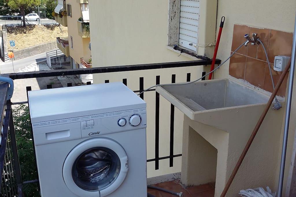 Balcone con lavatrice e lavatoio
