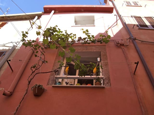 Bosa, 3 storey home in the old town - Bosa - Apartamento