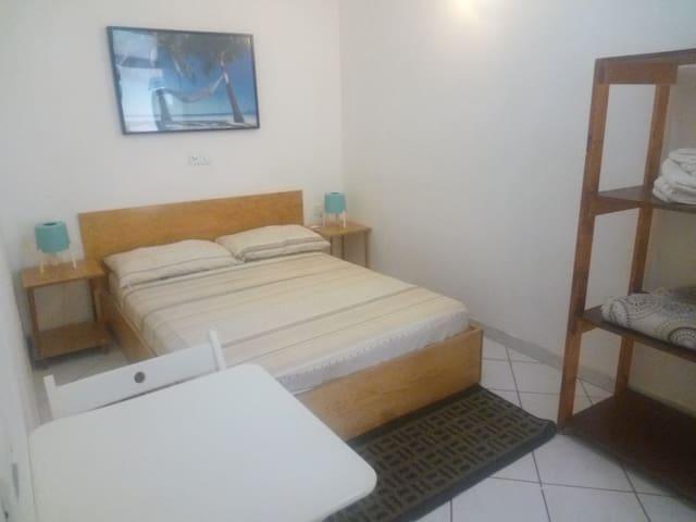 Hostel Room 06