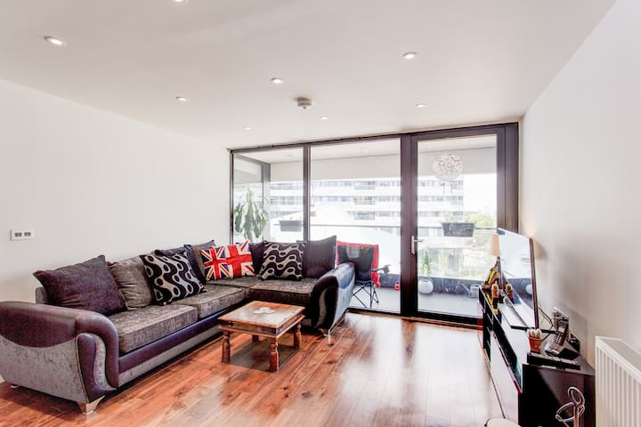 City Oasis: Light and modern 2 bed