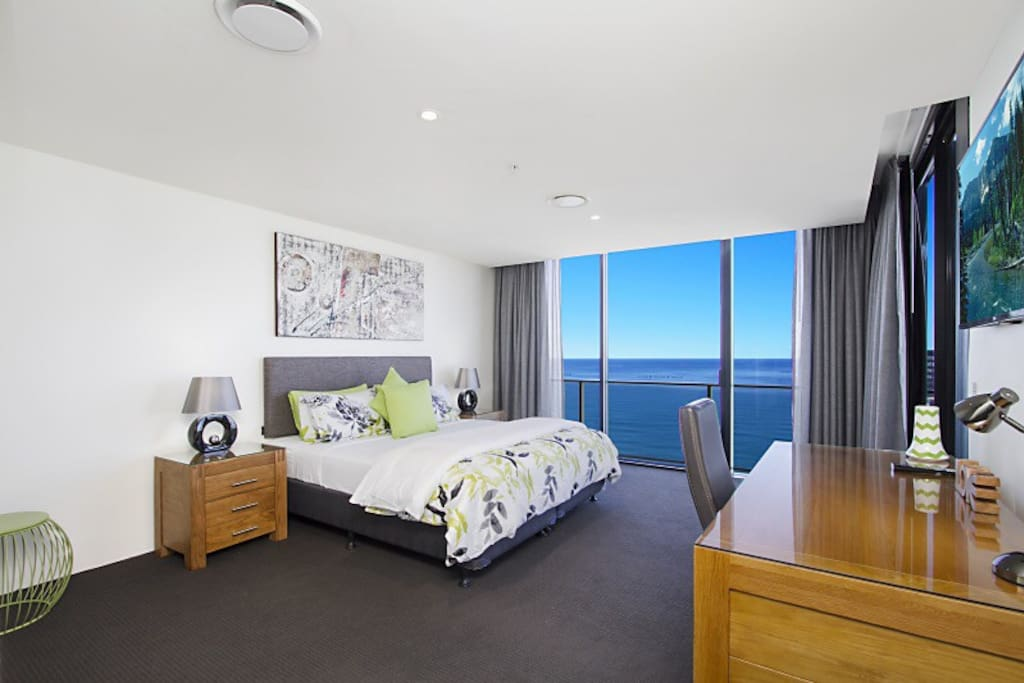 Master suite with 50 inch Full HD internet-cabled Smart TV with NetFlix. Ocean view spa bath