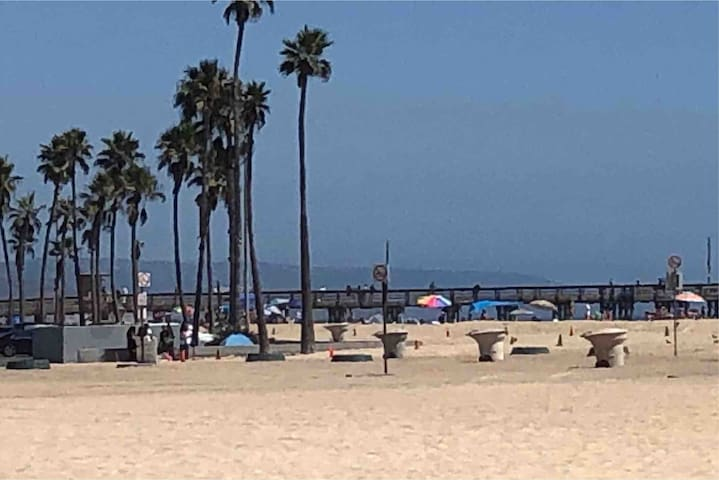 Steps from your front door you are on the beach, the boardwalk and close to the balboa pier and beach fire pits