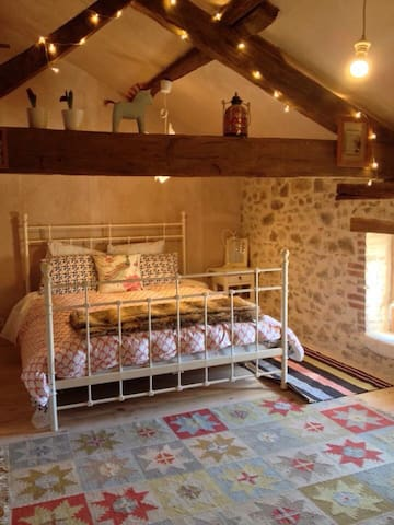 Cosy bedroom in quaint cottage - Abzac - Bed & Breakfast