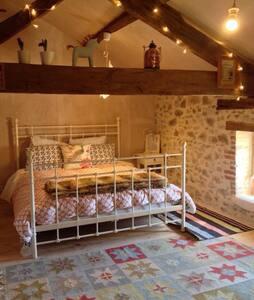 Cosy bedroom in quaint cottage - Abzac - Bed & Breakfast