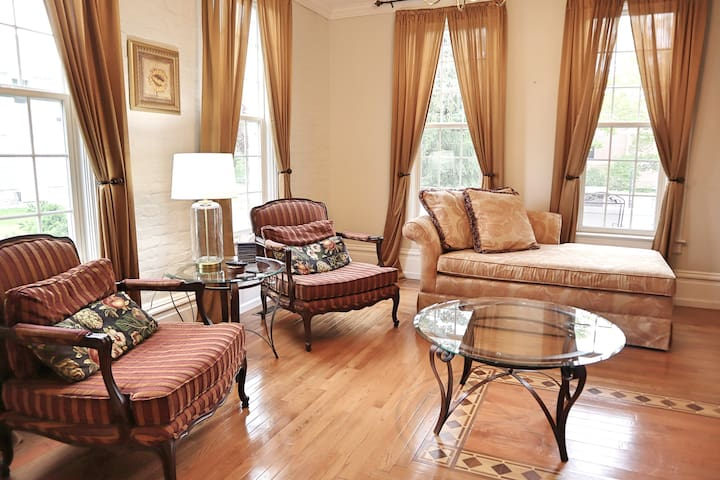 Charming Downtown Victorian: 3 Bedroom