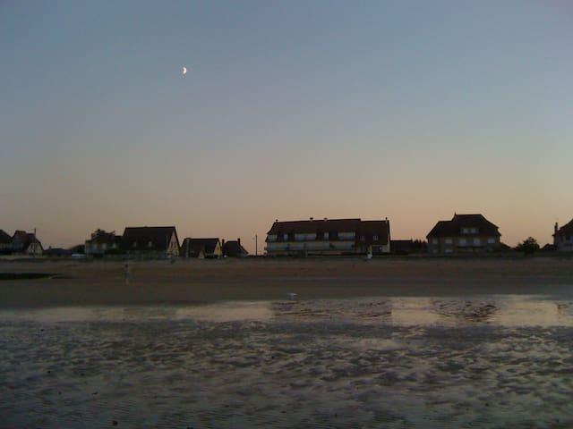 Depuis la mer, la maison (avec les deux cheminées) juste à gauche de l'immeuble.