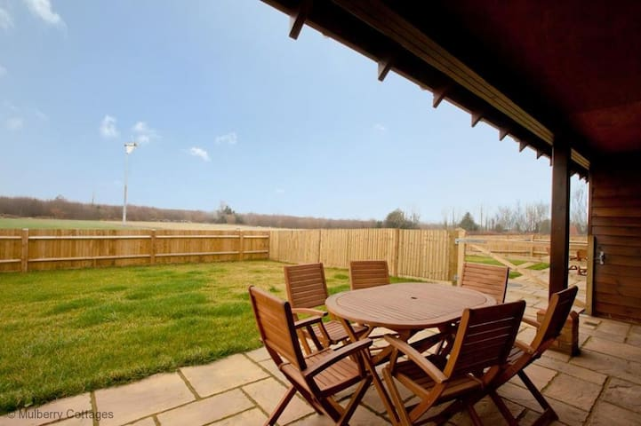 2 Tilmangate Farm Sleeps 4, is a wonderful timber clad barn conversion offers superb country scenery. - Ulcombe - Dom