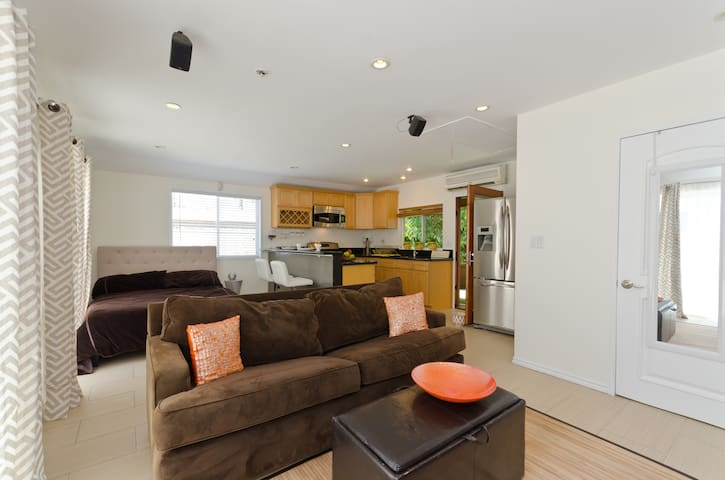 Beautiful roomy private guest house - Beverly Hills - House
