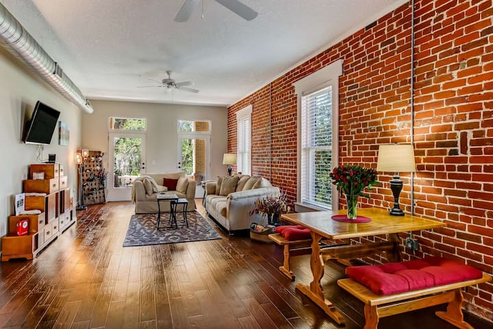 Large Loft w/ 2 Balconies, Dwntwn & Park Views, Perfect for a Getaway! Walk to Dining, Patio w/Grill