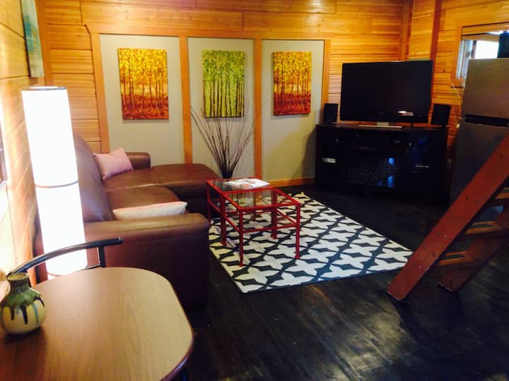 Tiny Log Home on Beacon Hill just 2 miles from CBD
