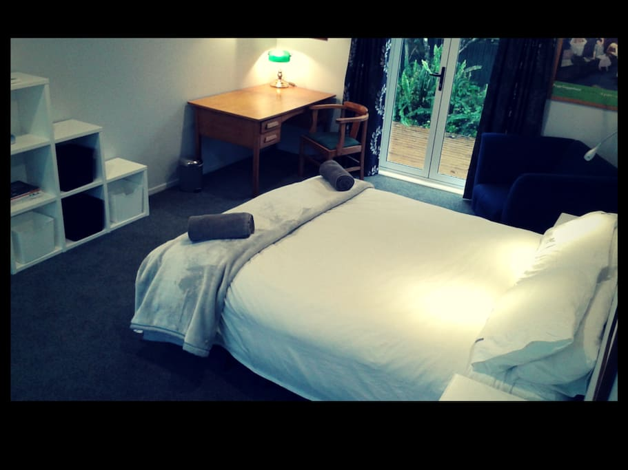 The bedroom with desk facilities