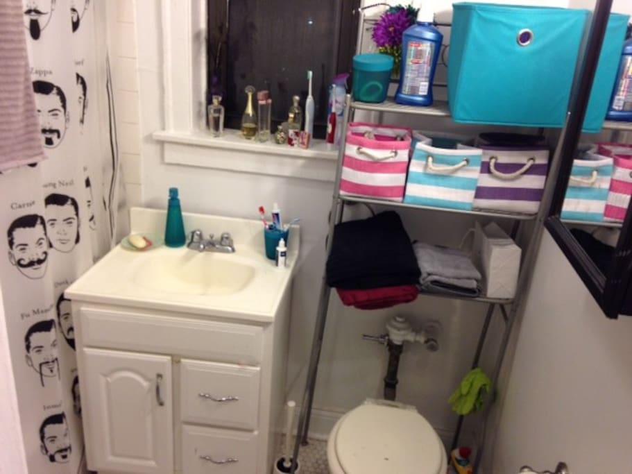 Bathroom with bathtub, very clean!