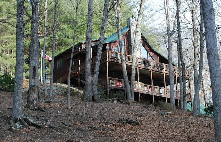 Greyson's River Ridge Retreat-Spacious Riverfront Cabin, WIFI, Pool Table, Fireplace & fire pit, dog kennel