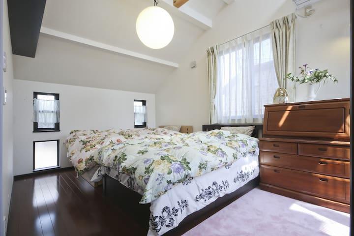 ロフトと寝室、孤立した2部屋付きの大型戸建て住宅。家族での宿泊に最適!